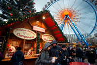 Ferris wheel and currywurst at the Christmas market in front of the Neptunbrunnen fountain, Alexanderplatz, Berlin. Snack Bar at Alexanderplatz . Bells, tinsel, carols, decorated trees… Christmas has definitely arrived. This special moment of the year starts to be felt in every corner of the capital. There aren't many cities in the world that know how to welcome Christmas quite like Berlin. It is a well-known fact that the German people love to celebrate Christmas. Berlin does not want to be overshadowed by cities such as Munich or Dresden, which are more widely known for their Christmas celebrations. It boasts sixty Christmas markets spread throughout the city: traditional or alternative, specialized in handcrafts or food, free or paid, there is a market for every taste.