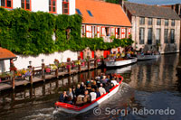 Bruges allows you to admire the city's most beautiful sites from a totally different angle. The boats follow a set route and (dis)embarkation takes place at set points. The guides provide multi-lingual comment. The boats are not covered. Umbrellas are provided for rainy weather. Duration 30 minutes. Embarcation points: Huidenvettersplein Rozenhoedkaai Wollestraat Nieuwstraat Katelijnestraat