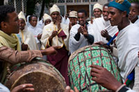 The drums play in the modern church of St Mary of Zion in the time in which a couple are about to marry. The dances and the guests vesturarios dazzle any visitor, especially to foreigners. The holiest shrine in Ethiopia is the Church of St. Mary of Zion in Axum town, there Ethiopians say that is the true Ark of the Covenant of the people of Israel, and is mentioned in the Old Testament.