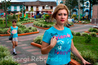 Central plaza of the population of Filandia. Quindío. RURAL TOURISM TO REST Returning to the Field: As a result of the coffee crisis, many grain growers began looking for alternatives to the difficult economic situation and the declining quality of life so, as some farms in the region were adapted to provide tourist services with great success. The activity has grown in providing quality services, to improve the sector, entrepreneurs requested technical assistance to national and departmental governments, attitude generated by the project Strategic Tourism Development Plan in the coffee. These programs have identified a need to classify the different types of lodgings, according to its offer; farm hotel, traditional farm and country house.