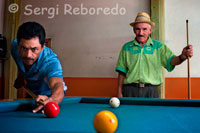 Several men play carom billiards in a room located in the central square of Filandia. Quindío. The Beer Shake Filandia Quindío can take two forms with either straw or cup itself, because what makes the difference is that the cup has a border of salt, which makes the flavors are totally delicious combination.Not to say the price! Well not exceed the amount of $ 5000. Fruit and Coffee Filandia is a setting that aside from the Beer Milkshake, highlighted by the kindness, the complete and excellent care by the owner to customers, making you feel a familiar and pleasant enough for the visitor. Another aspect of the business is the letter, because the presentation is a convenient way for tourists from abroad as this both in Spanish and English. So do not think more, shake pasadita by Filandia Quindío and do not miss the opportunity to enjoy such a pleasant combination of tap beer, the delight of ice cream and fruits that accompany this shake.