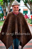 "A man in the poncho typical of the area in the central square of Filandia. Quindío. The mule has its origin in the need for transport, whether of persons, goods or simply chécheres coroteo of the house when migrating from one region to another to colonize land. First you had to open roads to trails through the jungle. Inóspitas jungles full of wild animals, tame or naughty and there were plenty of ghosts mitolólogicos, helpful or evil was planned out one morning with anticipacióny undertook the Odyssey. The children were carried in saddles on their backs by the laborers. Bituallas Clutter and loaded onto mules or oxen. These were later to be threshing stubble and then behind the man with his machete or cutting twigs and vines comb bulky. On his way to the new territory had chickens, pigs, cows and one or more dogs that may lack the peasant paisa. After a long day, near a creek made a clearing in the dense jungle. Unloaded animals and lit the fire to prepare food and scare the vermin. This was the task of women, while men armed themselves a shelter for the night. This was a journey of many days and nights. Everything became a routine to the point indicated, was virtually a ritual. Awakening at dawn, eat breakfast, collect, scrub and accommodate cooking utensils, oxen and mules to gather, load, prepare the saddles where they loaded the children, the elderly and pregnant women, get ready and go on. But yeah, the day before had to make a good breakfast and prepare Trancão deli for lunch. Was a good ball totumada chocolate, made from ground cocoa with cornstarch Tostao. This was accompanied by corn bread corn and beans sancohado outdated with a piece of smoked meat. Was packed for lunch and fried potatoes cooked with a bit of it recalentao beans, fried egg and corn bread more, all packed in banana leaves or biao. These carriers capesinos were too religious to the Christian faith, Apostolic and Roman. Before acostarsen prayed the Rosary, a prayer to the holy souls in purgatory, an Our Father for the families who stayed, another to the guardian angel. They gathered around the fire and told tales of ghosts, animals, horns or scares, the slips of the neighbor and they did until the grab sleep. Before any food, sang a prayer thanking God for them to eat without merit. Chest always wore a scapular of the Virgin del Carmen or a rosary made of metal achirillas and Christ. Met all the dogmas and acts of Faith inculcated by the catechism of Father Astete. One of the sufferings of these drovers and settlers were acquired diseases and parasites in their nomadic life. Diarrhea, fever, fevers, the cases of malaria, gout and other they called evil eye. Horsemen for respect could not miss, lice, fleas, Carangas, carranchil, chiggers and the famous catkins or porridges between toes. Worms was solitary and heritage of children and pets. Many of these diseases are cured or at least lessened with home remedies, natural herbs and prayers it into account. Their peculiar costume consisted of ponchos, poncho, straw hat and white Aguada wide brim. They wore denim clothing, both for its wide boot pants, and rolled up the sleeves. They had machetes or comb his belt, a good leather carriel otter, capadora razor, barber to shave, soap land, methylene blue for the sores of mules, red dust for naibí of beasts, or to kill manetos, some Piojillo who lives in the pubic mop acquired when visiting the areas of tolerance for people, better known as ""ass narrow niguateral, ass wet or mona lisa"", well, where it was to take a few spirits and pamper your horn. In carriel could not miss a mirror, tobacco, tinder for fire enceder, capotera needles for sewing, needles arria to fix saddles, cabuyas, money, love letters from the bride or the neighbor, the rosary, novena the Holy Souls, nail pliers to boot, a pair of dice to set up a booth at any gauge, a candle to light at night, the quack powder to love old mustard to hunt witches, well, a lot of güevonadas that any time served him to leave the crossroads."
