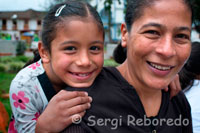 A woman is photographed with his daughter in the central square of Salento. Quindío. The tour in Salento is complemented by the pleasure of enjoying the traditional cuisine. Thanks to the existence of many farms, trout in the various presentations is the town's most famous dish. Start in one corner of the plaza heading north to the Alto de la Cruz lookout. This is the best preserved street with the role of traditional houses and happy that you have deserved to be among the Salento most beautiful towns in Colombia. It gives the confluence of a large craft market, restaurants, cafes and inns with their products and services are the commercial heart of the municipality. These sites are conducive to acquire very good memories, bamboo crafts, and generally lots of items like ponchos, hats, bracelets and necklaces. It's called Real Street because that was where the richest people lived and influential people.
