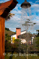 Autumn Springs in the Coffee, 20 minutes from Manila, is a resort and events, with hot springs, renowned worldwide for its exceptional infrastructure. With a design model based on respect for biodiversity, environment and quality of its thermal waters, just 20 minutes from the city of Manizales, in the way that it leads to the Magdalena, or the old road to the Nevado del Ruiz, spas lovers can find one of the most beautiful and comfortable springs of the Coffee: The Fall springs. Surrounded by stunning green landscapes, close to cloud forests, mountains and gardens, stands the resort that offers visitors 20 luxurious cabins with 1 and 2 bedrooms, each provided with Jacuzzi spa, fireplace and other additional hotel services. Also offers 23 rustic and 10 rooms in its main building, bar and restaurant and a convention center.