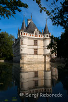 "Azay le Rideau, one of the successes of the Renaissance. Side view of the castle. Several miles of bike and came to the river Indre, where vegetation surrounded by majestic castle stands this paradigm of the Renaissance. The river almost around the front of this fortress, is reflected in its waters in an almost symmetrical. Its history dates back to Roman times, and essential later in the Middle Ages, where he played a military role of surveillance over the Indre Valley. Balzac described this little gem as a ""diamond cut"" engrazado in the Indre. ""Wrapped around a romance, where you can stroll through surrounding green areas, and watch a lady dressed for the occasion explained the coming school from remote places in France's history ""Son of the devil"", as dubbed at Rideau d'Azay, the feudal lord who owned the castle in the twelfth century."