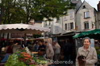 Market Saumur. In the old town, composed mostly of narrow alleys, is held every Saturday a lively market where you can find anything that seems strange. Winding up the steep streets of the domains we reach the castle, where you get one of the best views of this area of ??the Loire Valley.