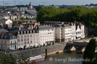 Views of the city from the Castle of Angers. A walk through the old town, a visit to market the Place Saint Pierre, and of course, a stop obligatioria in Angers Castle to admire the famous tapestries inspired by the Revelation of St. John are the last seduction of a trip dream in which romance and sports merge.