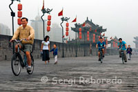 BICYCLE RIDE IN THE WALLS OF THE CIUDADAlquilar bicycle to tour the XianPara Wall of Xian to visit the Wall, it is advisable to rent a bike in order to cover all (or part) of the walled area. The rental price for the bike will be about 20 yuan (just over two euros) for an hour and a half of use, and 40 yuan if we want to rent a tandem.O can also use the service offered small electric vehicles take us through the most outstanding areas of the wall.