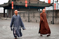 Monks walking down the top of the wall of Xi'an. Its shape is rectangular, about 12 meters high from the ground, and its width varies between 15 and 18 meters. There are several escape routes in addition to the four main gates are located in each of the cardinal points.